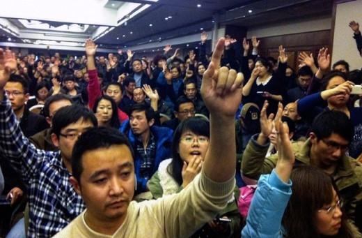 Người thân của các hành khách Trung Quốc trên MH370 tập trung tại một khách sạn ở Bắc Kinh ngày 10/3. Họ giận dữ đòi nhà chức trách phải cung cấp đầy đủ thông tin về vụ mất tích của phi cơ. Ảnh: AFP