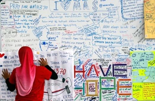Những lời cầu nguyện cho chuyến bay MH370 dán kín một góc tường ở sân bay quốc tế Kuala Lumpur ngày 14/3. Ảnh: EPA