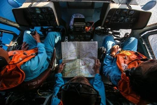Các sĩ quan không quân Việt Nam trên trực thăng khi tìm kiếm máy bay mất tích xung quanh đảo Thổ Chu ngày 10/3. Ban đầu, cuộc tìm kiếm MH370 tập trung ở khu vực biển Đông, xung quanh Cà Mau và đảo Phú Quốc. Việt Nam đã cấp phép cho bốn quốc gia là Malaysia, Trung Quốc, Singapore và Mỹ tham gia tìm kiếm cứu hộ. Tổng số máy bay và tàu cứu hộ tham gia tìm kiếm là 34 máy bay, 40 tàu cứu hộ các loại. Ảnh: Reuters