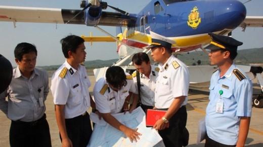 Thiếu tướng Lê Minh Thành, phó tư lệnh hải quân (thứ hai từ phải), hội ý với tổ bay thủy phi cơ DHC-6 tại sân bay Phú Quốc chiều 9/3 trong chiến dịch tìm kiếm MH370. Ảnh: Tuổi Trẻ