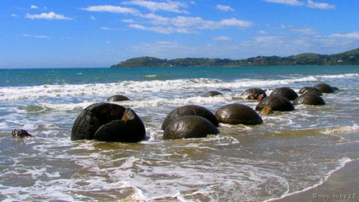 Những tảng đá lớn hình cầu nằm rải rác trên bãi biển Koekohe ở New Zealand, có hình dạng giống như mai rùa khổng lồ. Các khối đá bắt đầu hình thành từ lớp trầm tích dưới đáy biển hơn 60 triệu năm trước. Muối carbonate tích tụ quanh phần lõi ở giữa, tương tự như cách hình thành ngọc trai. Ảnh: Rowy