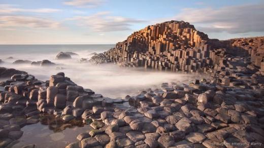 Con đường của Người Khổng lồ (Giant's Causeway) là vùng bờ biển ở bắc Ireland, Vương quốc Anh. Điểm thu hút của bờ biển này là hơn 40.000 khối đá bazan lớn nhô lên như những bậc thang và xếp khít vào nhau. Chúng có thể có từ sau hoạt động núi lửa 50-60 triệu năm trước. Kích thước của các cột đá được xác định bằng tốc độ nguội đi của dung nham. Ảnh: Alamy