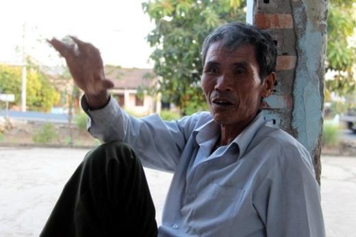'Nhiều người tông vào nhau, bay loạn xạ như phim hành động', ông cụ kể lại vụ tai nạn xảy ra gần nhà mình. Ảnh: Hoàng Trường