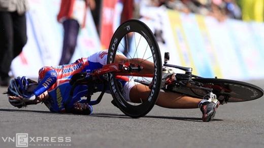 Một tay đua nữ đập đầu và vai xuống mặt đường sau một cú va chạm mạnh tại giải xe đạp quốc tế Bình Dương 2011.