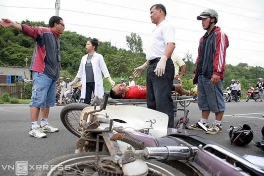 Cua-rơ Quân Đội lên cáng cứu thương khi bị một chiếc xe máy của người dân lưu thông vào đường đua đâm vào người.