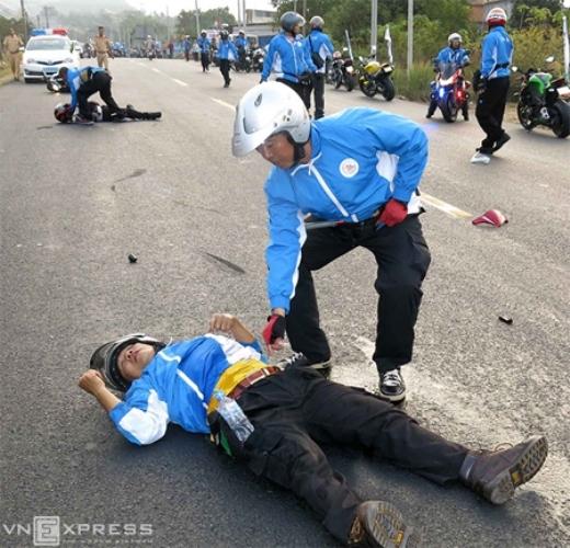 Hôm qua 1/3, tại giải xe đạp quốc tế Bình Dương, đoàn môtô bảo vệ lộ trình đã va chạm với một đoàn môtô khác khiến anh Lìn Mã Sáng thiệt mạng, còn anh Trần Ngọc Thạch bị gãy chân. Ảnh: Dư Hải.