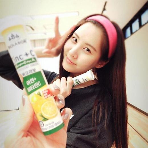 Để cám ơn em út của mình, Sooyoung đã khoe hình Seohyun lên trang cá nhân và chia sẻ: 'Cục cưng của chúng tôi, người đã luôn đem vitamin để bồi bổ cho các chị của mình. Đừng để bị lạnh nhé. Gương mặt em ấy để mộc cực xinh, giữ gìn sức khỏe nữa'