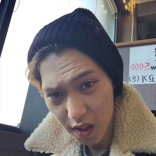 Jonghyun chào buổi sáng các fan và phát hiện ra mình bắt đầu có nếp nhăn.