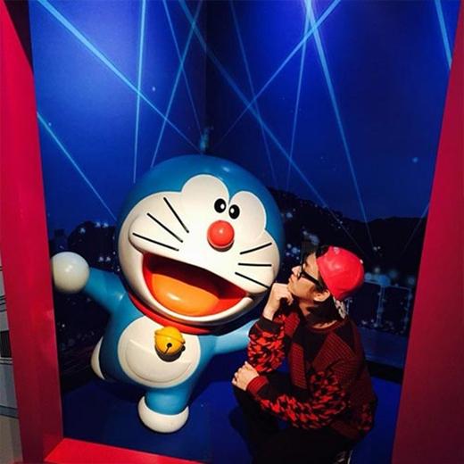 Heechul thể hiện tình yêu với Doraemon, anh đã khoe hình và chia sẻ: 'Doraemon dễ thương quá đi'.