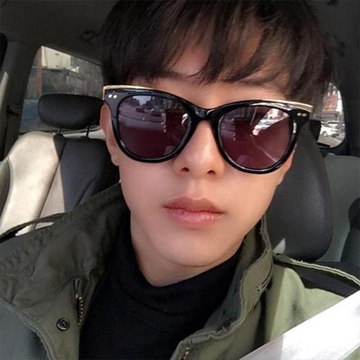 Jungshin (CN Blue) đã lái xe và khoe hình tự sướng, anh chia sẻ: 'Thời tiết đẹp lắm...dần ấm lên rồi'.