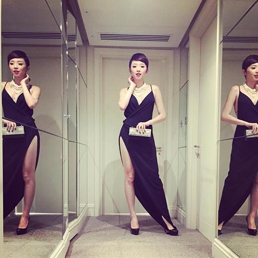 Cô còn mang đôi giày cùng tông đen của Christian Louboutin và cluch của Dior. - Tin sao Viet - Tin tuc sao Viet - Scandal sao Viet - Tin tuc cua Sao - Tin cua Sao