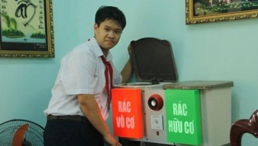 Nguyễn Viết Gia Khải bên sản phẩm của mình.
