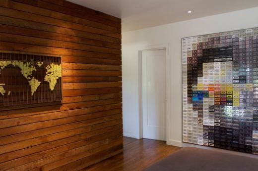 Trang trí bức tường từ băng cassette cũ khá ấn tượng