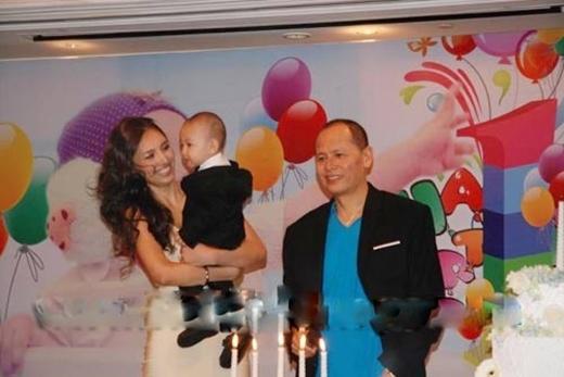 Hình ảnh hiếm hoi của vợ chồng Huỳnh Thanh Tuyền và cậu con lớn Minh Khôi. - Tin sao Viet - Tin tuc sao Viet - Scandal sao Viet - Tin tuc cua Sao - Tin cua Sao