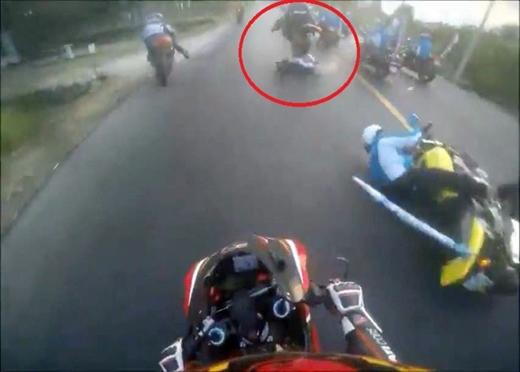 Thời điểm chiếc mô tô cán qua người nạn nhân