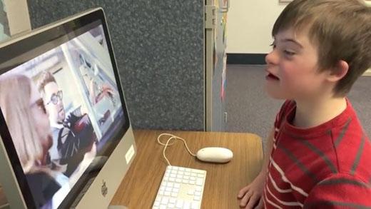 Cậu bé Christopher đang chăm chú xem những video clip ca nhạc của Maroon 5