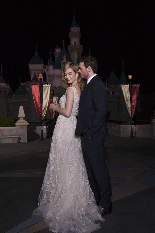 Lọ Lem Lily James luôn lộng lẫy và xinh đẹp bên cạnh Hoàng tử do Richard Madden thủ vai.