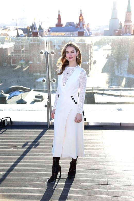 Lily James xinh đẹp và đầy quyến rũ tại Moscow, Nga.