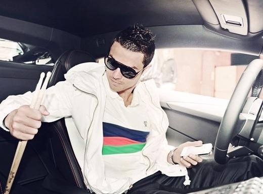 Ronaldo sành điệu khi lái chiếc Lamborghini Aventador LP700-4. Đây là siêu xe có nội thất sang trọng và tiện nghi.