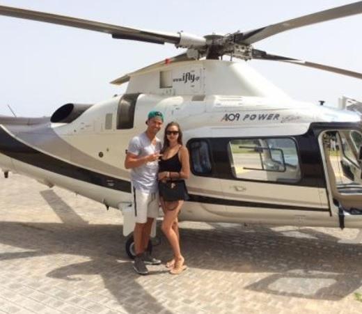 Khi còn hẹn hò siêu mẫu Irina Shayk, ngôi sao người Bồ Đào Nha đã thuê trực thăng chỉ để đưa bạn gái đi chơi. Với tiền lương 18,2 triệu euro (421 tỷ đồng) mỗi năm, Ronaldo sẵn sàng 'vung tay' để thể hiện sự ga lăng và chịu chơi.