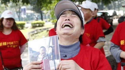 Bà Wang Run Xiang cầm bức ảnh chụp cháu trai. Cha của cậu bé là một trong 239 người có mặt trên chuyến bay MH370 của hãng Malaysia Airlines trong hành trình từ Kuala Lumpur, Malaysia tới Bắc Kinh, Trung Quốc, ngày 8/3/2014. Chuyến bay đã biến mất khỏi màn hình radar không lâu sau khi cất cánh. Ảnh: Sydney Morning Herald