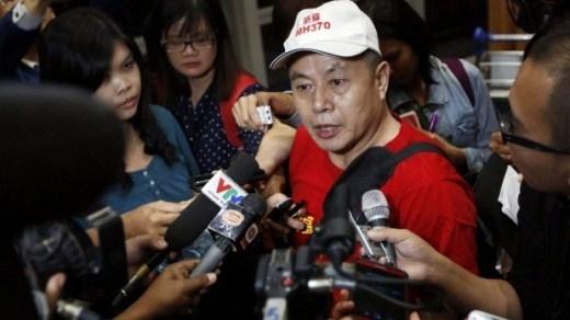 Ông Wen Wan Chen, cha của một hành khách trên máy bay, trả lời phóng viên quốc tế trong lễ tưởng niệm một năm chuyến bay MH370 mất tích ngày 1/3. Ông yêu cầu chính phủ Malaysia cung cấp câu trả lời về một trong những bí ẩn lớn nhất lịch sử hàng không. Sau khi phi cơ mất tích, dựa trên phân tích dữ liệu vệ tinh và quá trình bay, các chuyên gia cho rằng, máy bay của Malaysia Airlines đã rơi xuống vùng biển phía nam Ấn Độ Dương. Một đội tìm kiếm đa quốc gia đã thực hiện truy dấu MH370 gần một năm trời tại vùng biển này từ thành phố Perth, Australia. Tuy nhiên, dù đã thu hẹp phạm vi tìm kiếm, manh mối về máy bay vẫn chỉ là con số không. Ảnh: Sydney Morning Herald