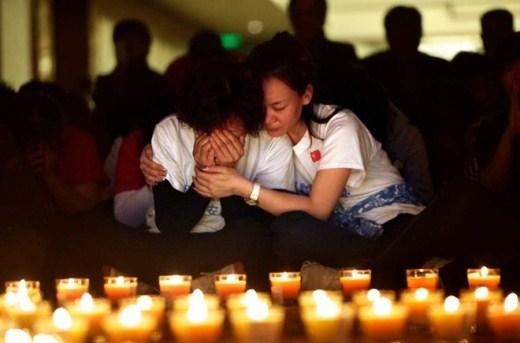 Người dân thắp nến cầu nguyện cho 239 người mất tích. Gần 12 tháng qua, hàng loạt giả thiết đã được đưa ra nhằm lý giải về thảm hoạ hàng không này như những tên không tặc tấn công phi cơ, máy bay hạ cánh xuống đảo Diego Garcia, ở Ấn Độ Dương hay phi công tự sát vì bất ổn tâm lý... Thậm chí, nhiều người cũng nhắc tới những giả thiết hoang đường khác như MH370 trở thành nạn nhân của một cuộc tập trận trên biển giữa Mỹ và Thái Lan hay biến mất dưới tay một thế lực siêu nhiên. Ảnh: Times