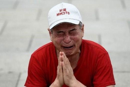 Một thân nhân hành khách Trung Quốc bật khóc khi nhớ về người thân bên ngoài văn phòng Thủ tướng Malaysia Najib Razak ở thủ đô Kuala Lumpur, Malaysia ngày 18/2. Gần một năm qua, thân nhân hành khách đã trải qua nhiều cung bậc cảm xúc khác nhau, từ đau khổ tới phẫn nộ, hy vọng rồi lại tuyệt vọng.