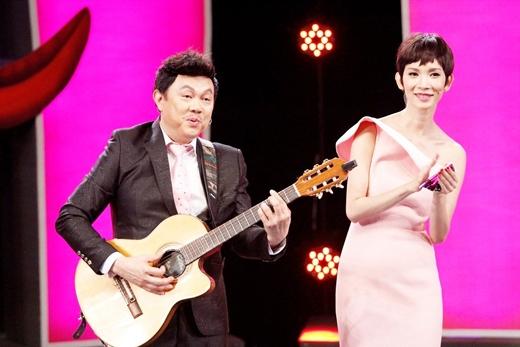 Chí Tài 'lãng mạn' chơi guitar hát tặng Xuân Lan ngay trên sân khấu. - Tin sao Viet - Tin tuc sao Viet - Scandal sao Viet - Tin tuc cua Sao - Tin cua Sao