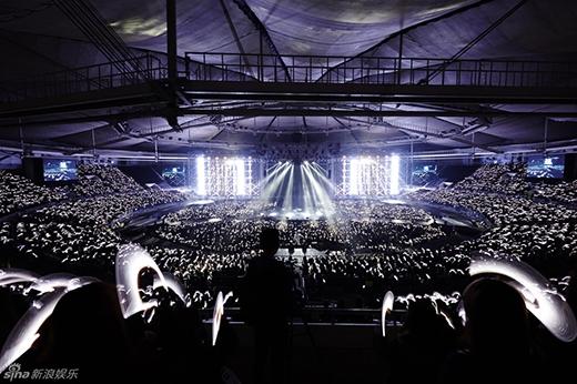 Sân khấu với hệ thống ánh sáng hoành tráng