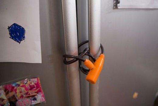 Tủ lạnh được khóa cẩn thận
