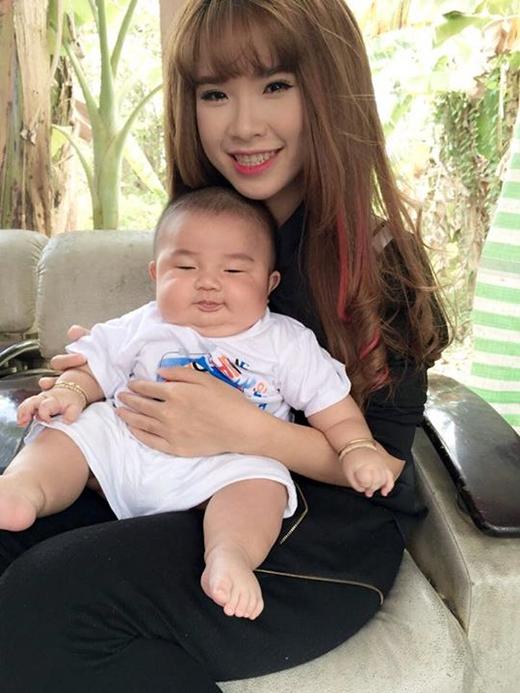 Khởi My tươi rói khi được ôm một baby bầu bĩnh trong tay. Cô nàng bình luận khá dễ thương: 'Mượn bạn ẵm xíu, nhìn thương quá'. Ngay lập tức các fan của nàng Zoi đã 'bỏ quên' thần tượng mà đổ dồn sự chú ý về em bé dễ thương trong ảnh.