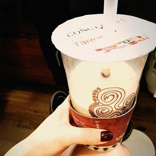 HyunA thích thú với món trà sữa trân châu và khoe với fan.