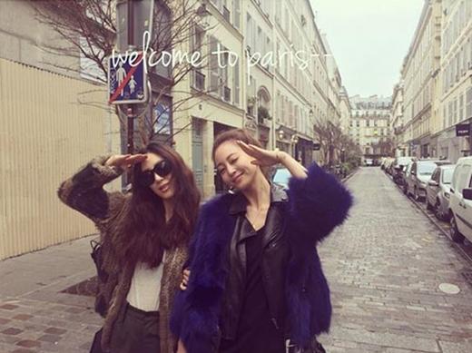 Nữ diễn viên Jung Ryeo Won hí hửng khoe hình đi du lịch cùng cô bạn thân - Han Ye Seul và chia sẻ: 'Xin chào Paris'.