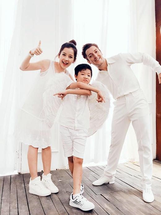 'Gia đình' mới được nhắc đến chính là bạn nhảy trong cuộc thi Bước nhảy hoàn vũ 2015và một cậu bé sẽ hỗ trợ Chi Pu trong liveshow tuần này. Cùng diện trang phục trắng tinh khôi như nhau, bộ 3 được người hâm mộ tưởng tượng như là một gia đình thực thụ.