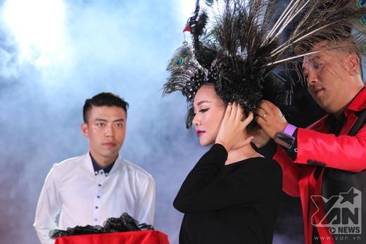 Cô được nhà tạo mẫu tóc Tuấn Hà Lan thực hiện một màn 'ảo thuật' ngay trên sân khấu.