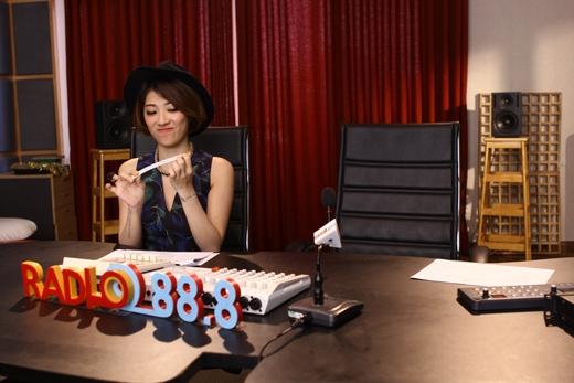 Bà chủ chanh chua của Radio 88.8 đang ngồi giũa móng tay chờ Will (365) mang khách mời về
