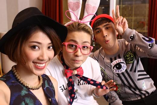 Yumi Dương và Will (365) thích thú với tạo hình bé Thỏ Hồng của Gil - cả ba cùng 'selfie'