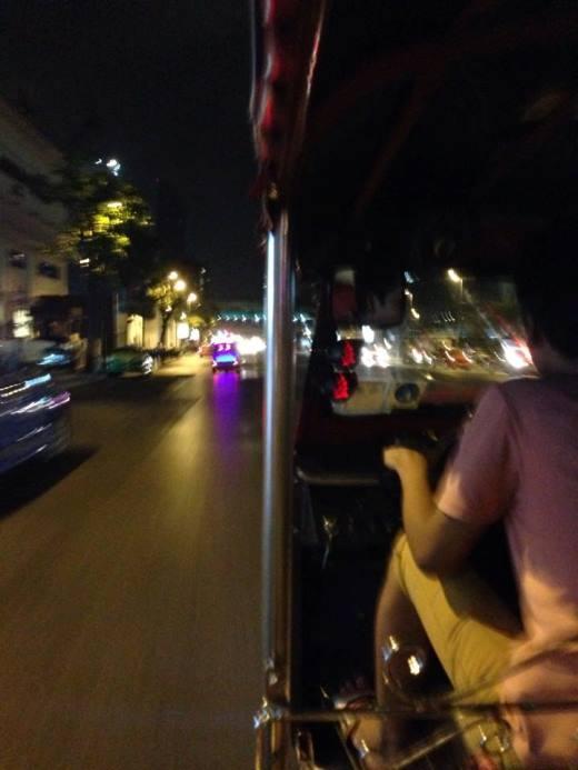 Trải nghiệm tuk tuk dạo phố đêm ở Bangkok vào buổi tối