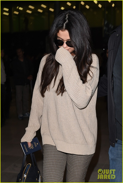 Selena Gomez giản dị đáng yêu tại sân bay Pháp