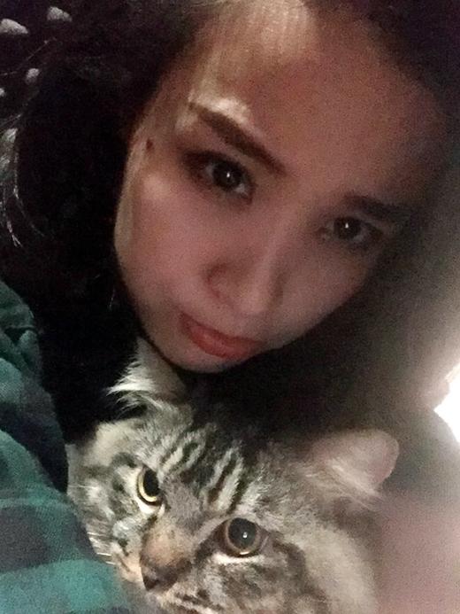 """Đông Nhi và bé mèo cưng đang được cô nàng ôm ấp, vuốt ve đầy nũng nịu. Là một tín đồ của loài mèo, Đông Nhi thường khoe nhiều bức ảnh đáng yêu với các """"cục cưng"""" của mình với fan hâm mộ. Bức ảnh này lại một lần nữa khiến fan phát cuồng và mong muốn được làm em mèo trong tay Đông Nhi."""