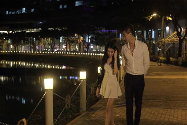 Một trong những cảnh lãng mạn trong MV 'Phía sau ánh mắt buồn'.