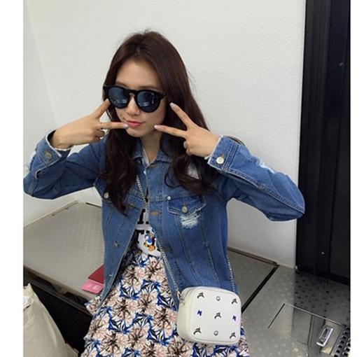 Park Shin Hye có mặt tại sân bay Gimpo chuẩn bị lên đường sang Nhât, cô nàng không giấu được sự thích thú khi sắp được sang Disney Land vui chơi.