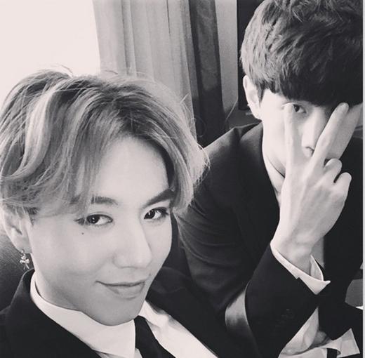 Yugyeom khoe hình mặc vest lịch lãm cùng Mark