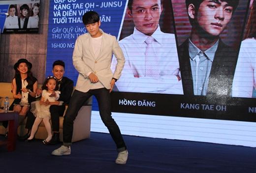 Mỹ nam Hàn Quốc không quên khoe vũ đạo ấn tượng.