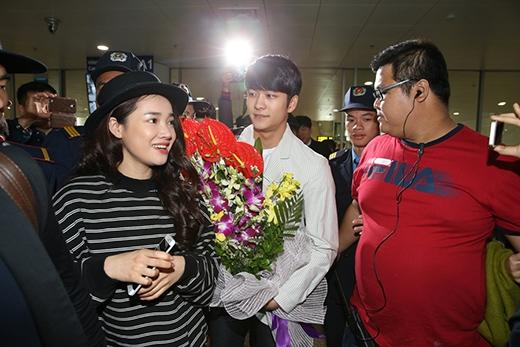 Phải rất khó khăn, Nhã Phương và Kang Tae Oh mới đi vào được bên trong.