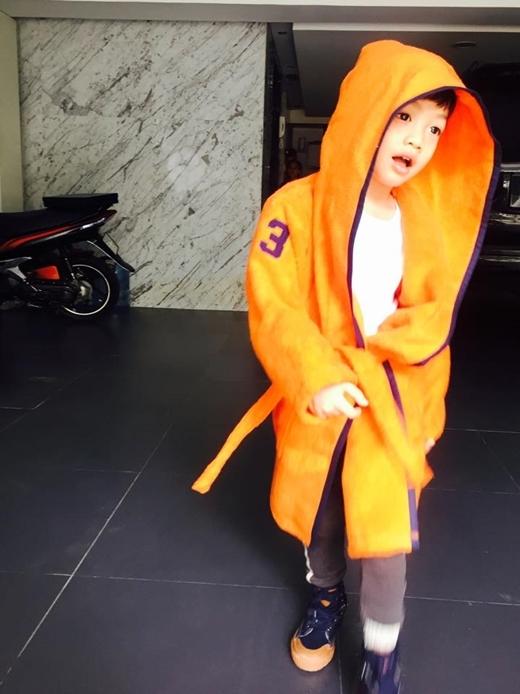 Subeo chững chạc hơn rất nhiều.   Sành điệu trong chiếc áo khoác cam.