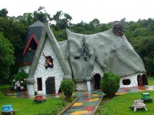 Căn nhà đá với lối vào đầy màu sắc ở Sap Paolo, Brazil.
