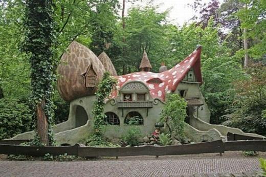 Căn nhà với mái ngói nấm dễ thương.