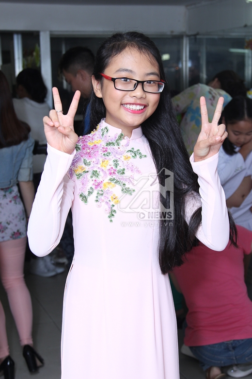 Phương Mỹ Chi nhí nhảnh trong bộ áo dài - Tin sao Viet - Tin tuc sao Viet - Scandal sao Viet - Tin tuc cua Sao - Tin cua Sao